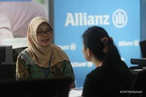 Target industri asuransi jiwa: Pelayanan nasabah asuransi Allianz di Jakarta, Jumat (21/3). industri asuransi jiwa optimis meraih pertumbuhan pendapatan premi 20% - 30% di akhir tahun 2014 atau sekitar Rp148,109 triliun. KONTAN/Baihaki/21/3/2014
